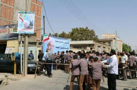 یک بام و دو هوا در وزارت آموزش و پرورش/دانشآموزانی که به اجبارمدیر مدرسه به سخنرانی تبلیغاتی روحانی آورده شدند+تصاویر و کلیپ